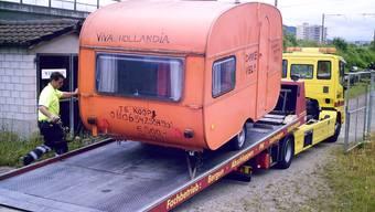 Der von holländischen Fans zurückgelassene Wohnwagen wird ins Sportmuseum nach Basel abtransportiert, wo er heute noch steht.