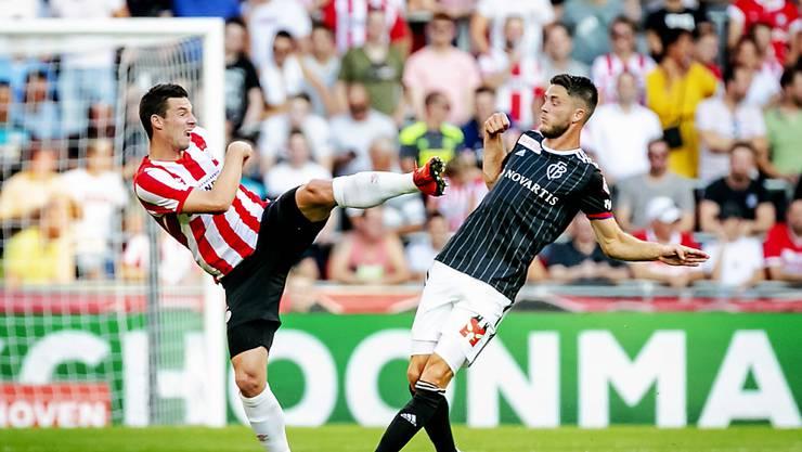 Eindhovens Nick Viergever (links) im Kampf um den Ball gegen Basels Ricky van Wolfswinkel