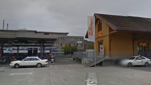 Der Migrolino beim Bahnhof Wettingen.