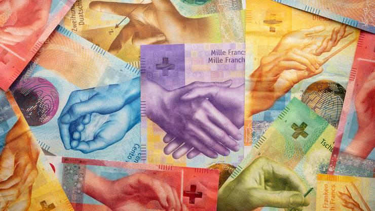 Die eine Hand wäscht die andere: Trotz gutem Ranking gibt es auch in der Schweiz Schlupflöcher für Korruption.