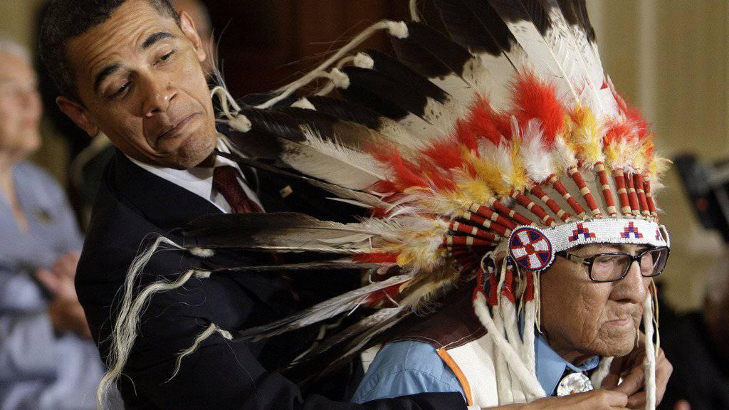 US-Präsident Obama hatte alle Mühe, die Freiheitsmedaille um den Hals von Joe Medicine Crow zu legen. (Archivbild)
