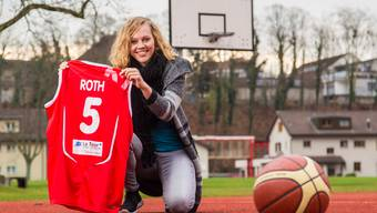 Annick Roth präsentiert stolz ihr Nationalmannschafts-Trikot, das sie in der EM-Qualifikation erstmals tragen durfte.
