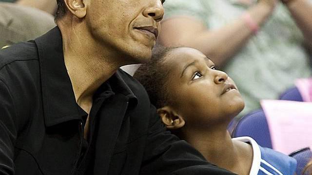Obama mit Tochter Sasha bei einem Basketball-Spiel am 1. August
