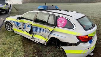 Auf der glatten Strasse zwischen Niederwil und Wohlen kollidierte ein Lenker mit einem Polizeiauto.