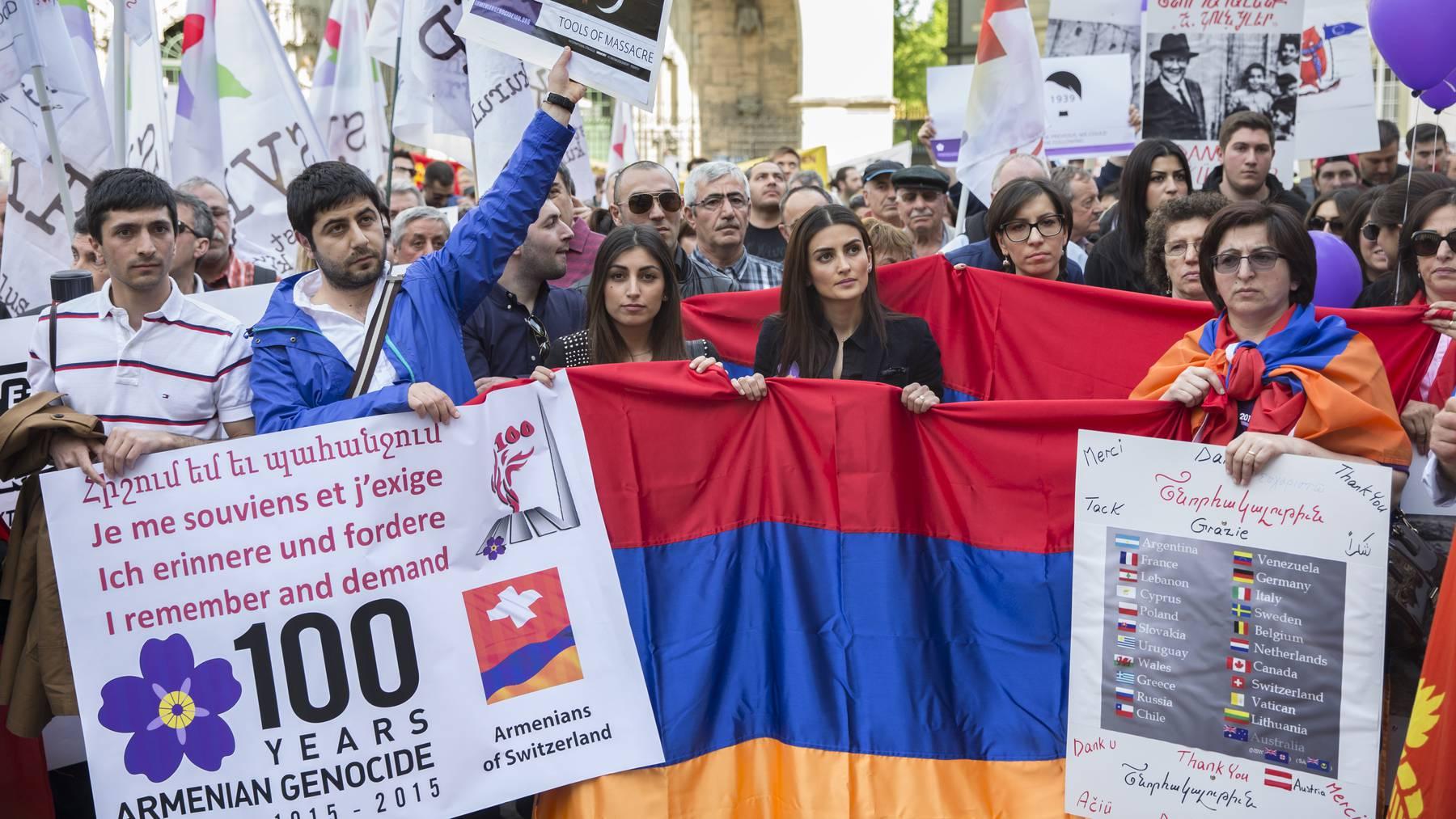 In der Schweiz lebende Armenier bei einem Protest in Bern zum 100. Jahrestag des Völkermordes.