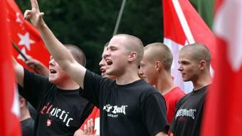 Rechtsextreme protestieren an der Bundesfeier 2005 auf dem Rütli.