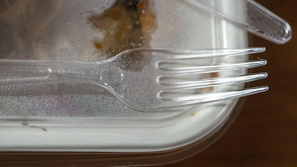 Dem Plastik geht es an den Kragen: Unterhändler des EU-Parlaments und der EU-Staaten haben sich am Mittwochmorgen in Brüssel auf ein Verbot von Wegwerf-Produkten aus Kunststoff in der EU geeinigt. (Archiv)