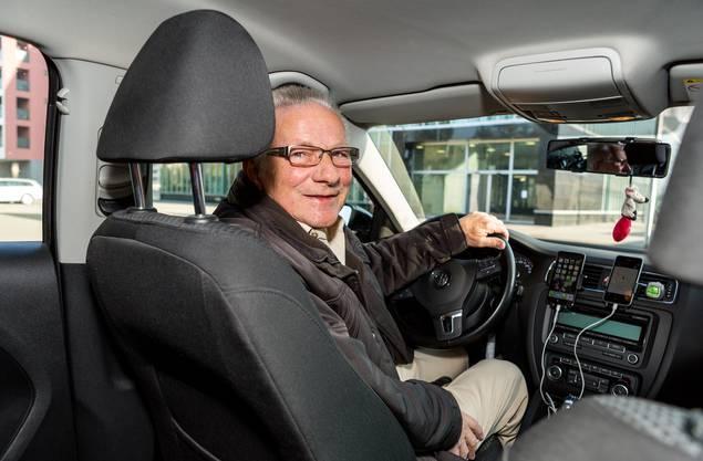 Walter (69) fährt Uber – weil er gerne im Auto sitzt und nicht «auf der faulen Haut liegen will». Geld verdient er damit kaum.
