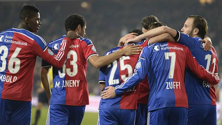 Die Basler Spieler feiern das 2:0 durch Derlis Gonzalez (Mitte).