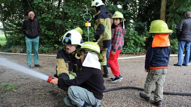 Spritzen mit dem Feuerwehrschlauch     macht einfach Spass