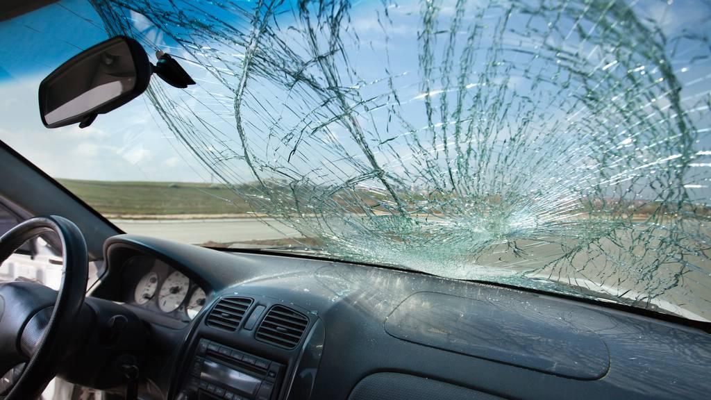 Bub wirft Flasche auf Auto - Windschutzscheibe zerstört