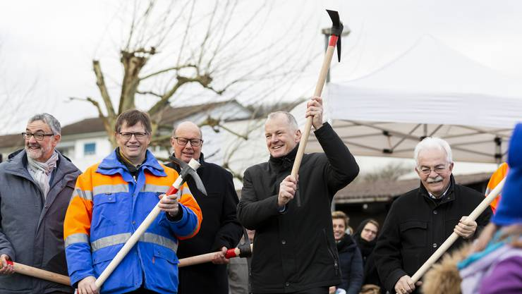 Sie dürfen nicht fehlen beim Spatenstich zur Ostumfahrung Bad Zurzach: Gemeindeammann Bernhard Scheuber (ganz links) und Regierungsrat Stephan Attiger (Zweiter von rechts).