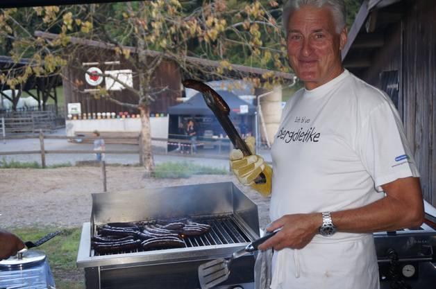 Der ehemalige Gemeindepräsident Gerhart Isler grilliert die feinen Angusbeef-Bratwürste.