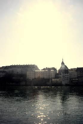 Strahlender Sonnenschein begeistert die Menschen in Basel.