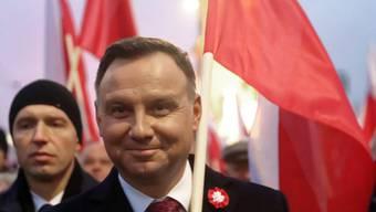 Zum 100. Jahrestag von Polens Unabhängigkeit nahmen 200'000 Menschen an einem Marsch rechtsnationaler und rechtsextremer Kräfte teil. An der Spitze des Zuges liefen Staatspräsident Duda (Bild), Regierungschef Morawiecki und Polens starker Mann, Jaroslaw Kaczynski von der regierenden Partei (PiS).