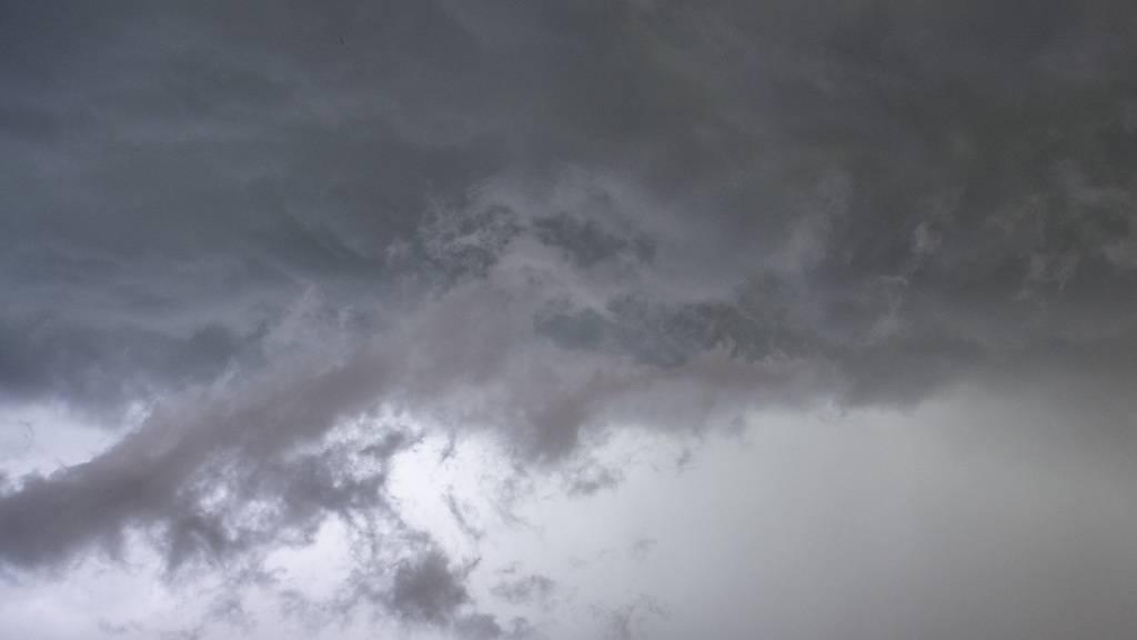 Eine Gewitterwolke türmte sich am Sonntag über der Region Thun im Kanton Bern auf.