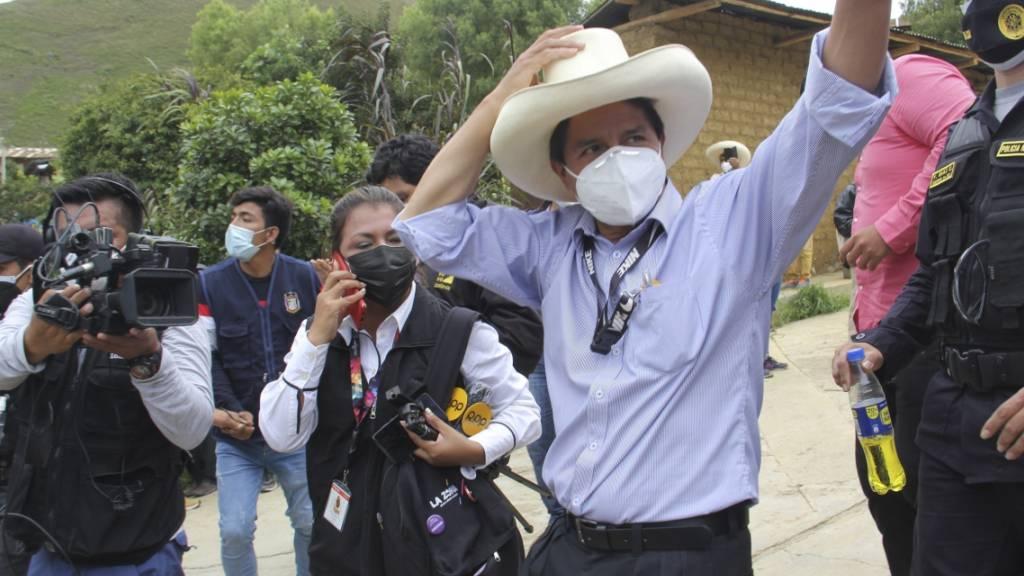 Pedro Castillo, Präsidentschaftskandidat der Partei Perú Libre, winkt seinen Anhängern zu. Foto: Andina News Agency/AP/dpa