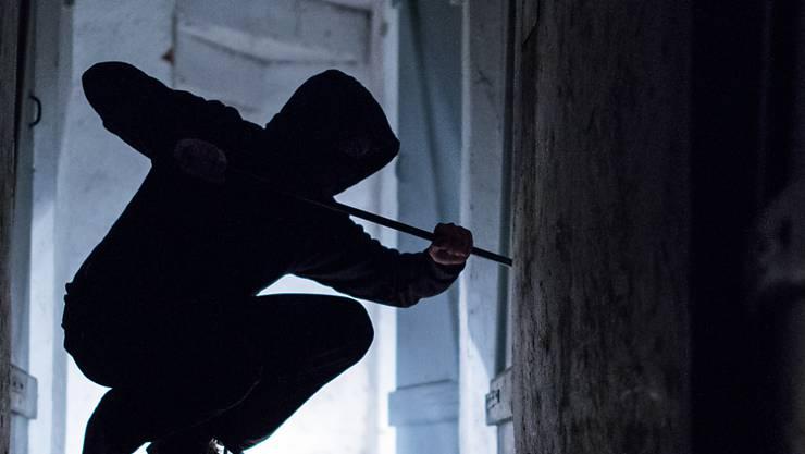 Zwei jugendliche Einbrecher sind in Winterthur verhaftet worden, nachdem sie in ein Schulhaus eingedrungen sind. (Symbolbild)