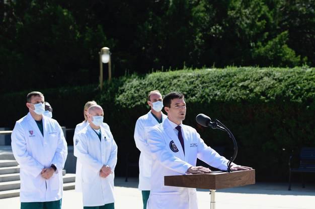 Trumps Leibarzt Sean Conley informierte am Samstag über Trumps Gesundheitszustand.