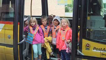 Die zugestiegenen Kindergärtler freuen sich auf die Heimreise im Postauto.