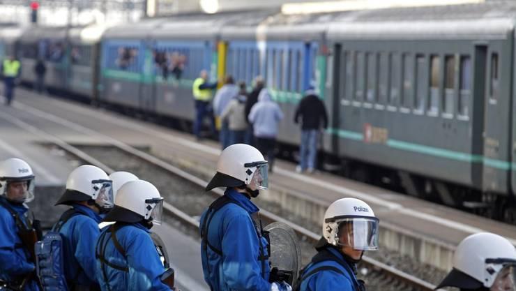 Polizeikräfte bewachen einen Fanzug am Bahnhof Zürich-Altstetten. (Archivbild)