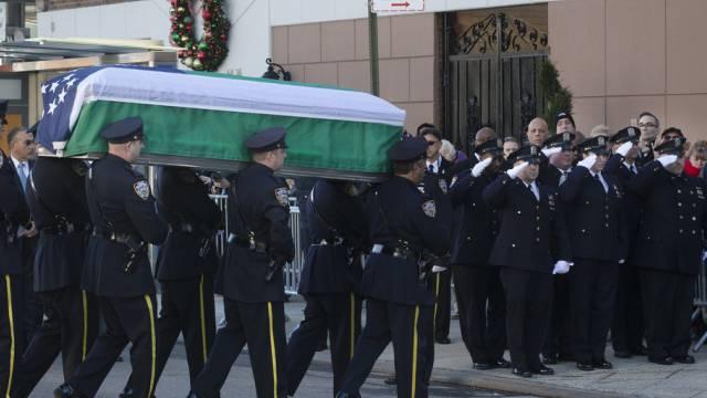 Polizisten tragen den Sarg ihres Kollegen Ramos in die Kirche