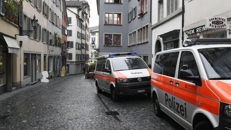 Zürich, 21. September: Bei einem Angriff von Vermummten auf einen Polterabend im Niederdorf sind am Samstagnachmittag drei Personen verletzt worden. Sie mussten zur ambulanten Behandlung ins Spital gebracht werden. Die Hintergründe der Tat sind nicht bekannt.