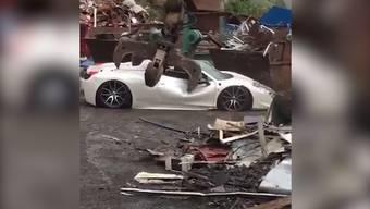 Das muss jedem Autofan weh tun: Dieser Ferrari wurde von der Polizei verschrottet. Der Besitzer beschwert sich in den sozialen Medien.
