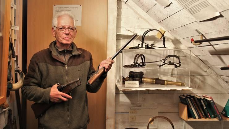 Karl Hochstrasser in seinem Museum. Das Gewehr kann man auseinanderschrauben – die ideale Wilderer-Waffe.