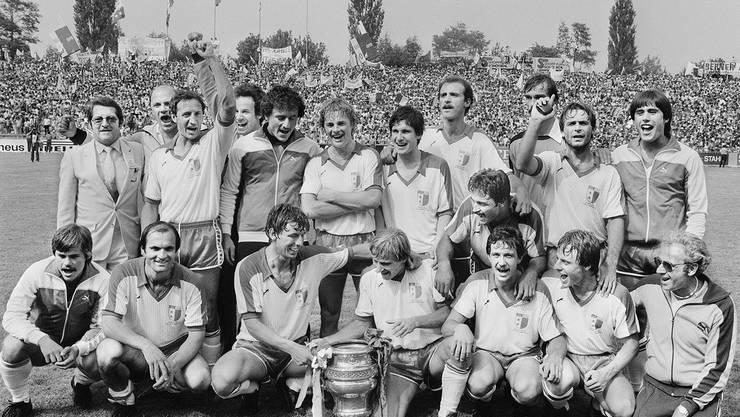 Die Spieler des FC Sion feiern den Cupsieg 1982. Sie erringen ihn dank eines 1:0 gegen den jetzigen Gegner – den FC Basel.