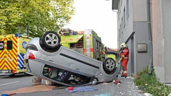 Auto überschlägt sich nach Unfall in Wila ZH