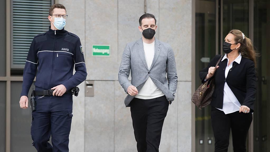 Der ehemalige deutsche Fußball-Nationalspieler Christoph Metzelder (Mitte) verlässt nach dem Urteil das Amtsgericht Düsseldorf. Foto: Rolf Vennenbernd/dpa