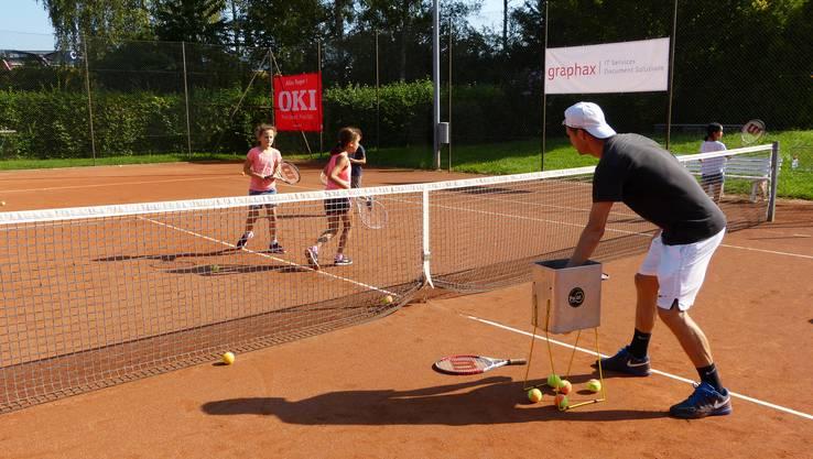 Erste Erfahrungen auf dem Tennisplatz.