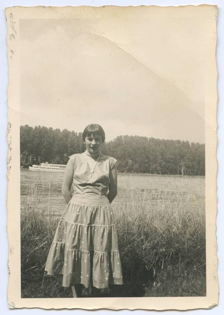 Agnes Hauser besucht im selbst genähten Kleid ihre Familie in Rust.