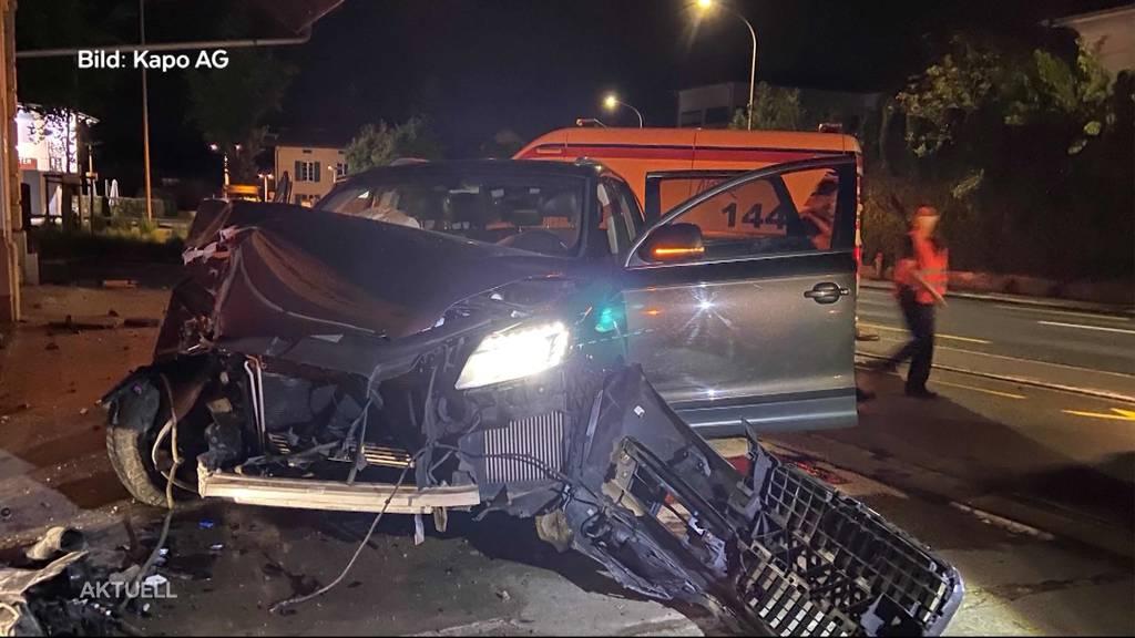 Heftiger Aufprall: Mutter kracht mit zwei Kindern im Auto in eine Hausmauer
