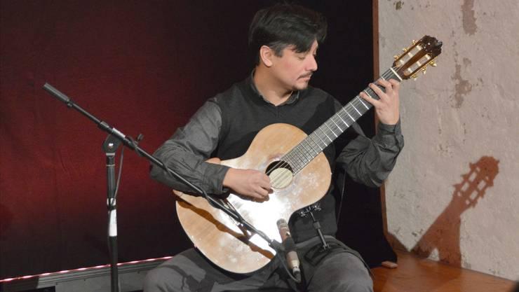 Rodrigo Guzmán mit Gitarre.