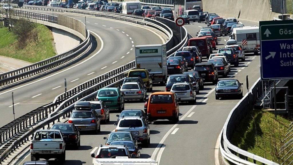 Wer über Ostern in den Süden fahren will, braucht wie alle Jahre viel Geduld vor dem Gotthard. Der Verkehr beginnt sich am Mittwoch bereits zu stauen. (Archivbild)