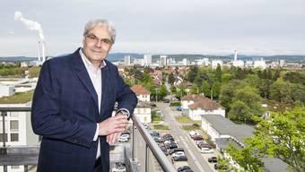 Er will die Stadt überblicken können – Lukas Ott auf dem Dach des alten Felix Platter-Spitals im Westen Basels.
