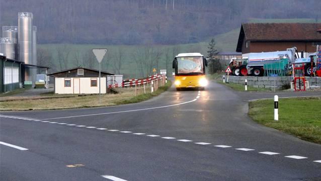 Hier fährt das Postauto vom Benkental her auf der Wölflinswilerstrasse, die Wittnau vom Kanton nicht übernehmen will, in Richtung Dorf. – Foto: chr