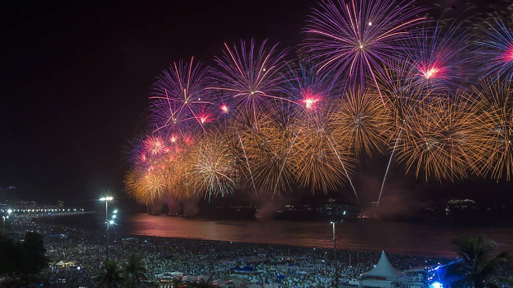 ARCHIV - Ein Feuerwerk bei den Neujahrsfeierlichkeiten über dem Strand der Copacabana. Foto: Bruna Prado/AP/dpa