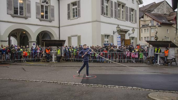 Die Chlausklöpf-Wettbewerbe, wie hier auf dem Metzgplatz in Lenzburg, haben eine grosse Anhängerschaft. (Bild: 19.12.17)