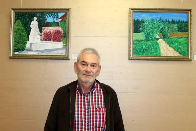 Ulrich Nützi mit zwei seinen Bildern (links: Dorfbrunnen Wolfwil, rechts: Kapuzinersteg Wolfwil)