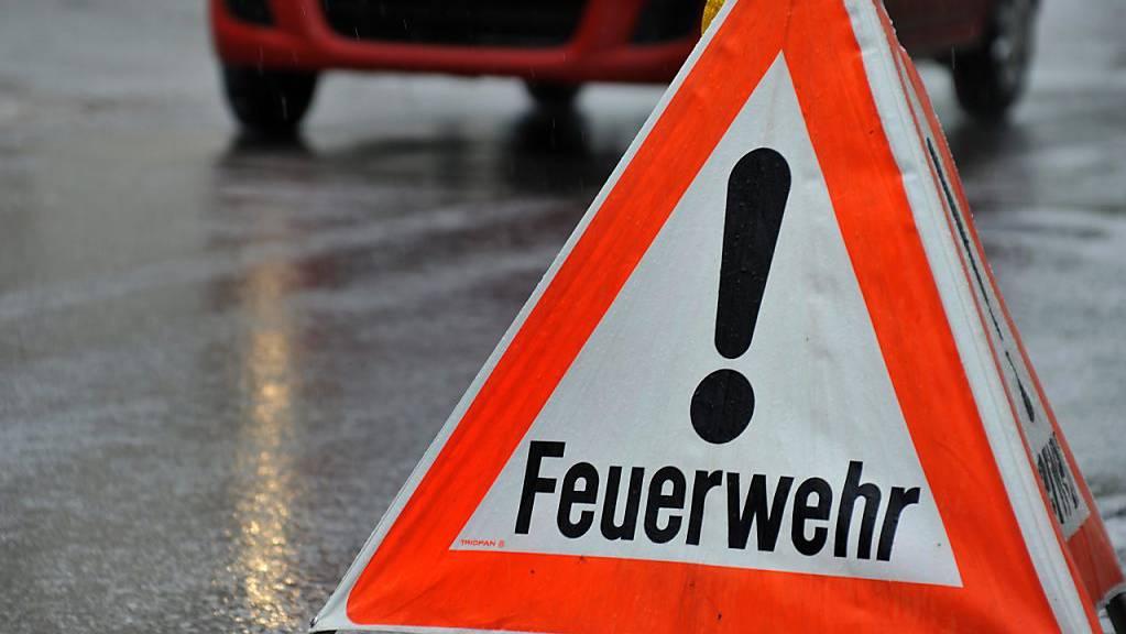 Bei einem Brand in einem Mehrfamilienhaus in Lütschental ist eine Frau ums Leben gekommen. Zwei Kinder im Alter von neun und elf Jahren wurden verletzt und von der Rettungsflugwacht in ein Spital geflogen. (Symbolbild)