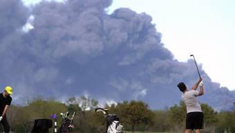Das Feuer in einem Tanklager für Ölprodukte in der Nähe der US-Stadt Houston brennt seit vier Tagen.
