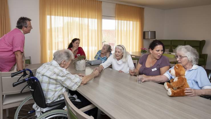 In der neuen Wohngruppe wird das Konzept nach niederländischem Vorbild gelebt. Die Pflegerinnen tragen Alltagskleidung und das Verhalten der Betroffenen wird nicht infrage gestellt oder mit Medikamenten unterdrückt. Dies trägt zu einer entspannten Atmosphäre bei.