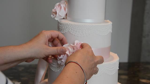 Jessica Siewert dekoriert eine mehrstöckige Hochzeitstorte. Das braucht viel Fingerspitzengefühl, aber auch Zeit und Geduld.