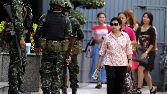 Passanten und Soldaten in den Strassen Bangkoks