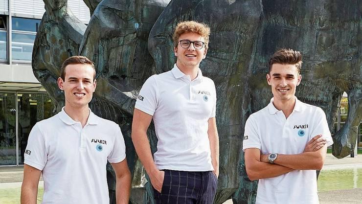 Felix Hegg, Bruno Eigenmann, Gian Dogwiler (von links) vor der Badener Kantonsschule. Die App im kleinen Bild.