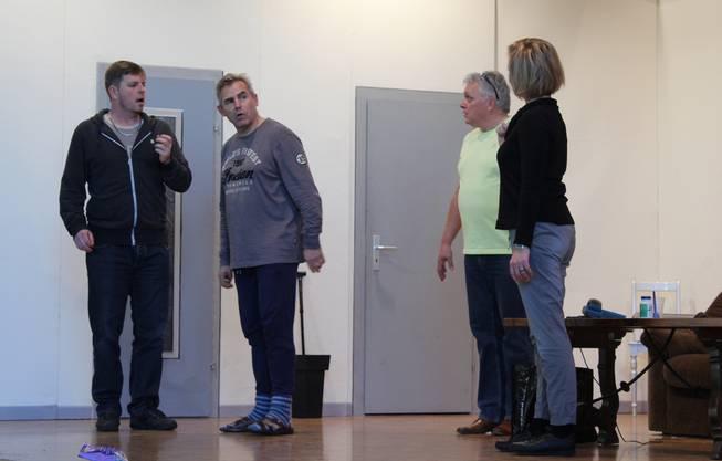 Der Beamte vom Sozialamt (Michael Diener, links) wird misstrauisch.