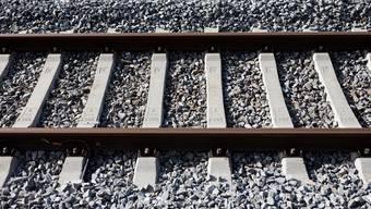 Mindestens ein Drittel des abgebauten Kieses und des Baustellen-Aushubs soll im Kanton Zürich in Zukunft auf der Schiene transportiert werden. (Symbolbild)